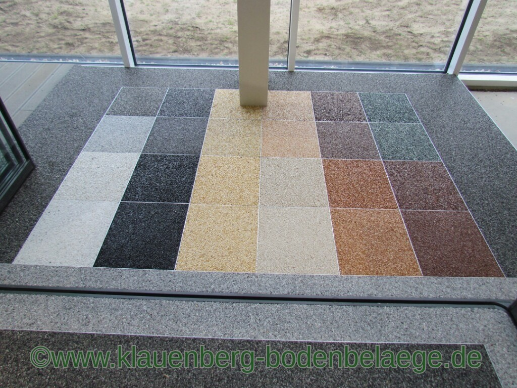 Basis von Steinteppichen aus Braunschweig sind in Harz gegossene Rundkiesel und können sowohl als Bodenbelag sowie auch zur Wandgestaltung verwendet werden. Meistens werden Marmorkiesel oder Quarzkörnungen verarbeitet. Wer jedoch auf ein besonders exklusives Design aus Braunschweig Wert legt, lässt Halbedelsteine– zum Beispiel Türkis, Amethyst, Lapislazuli oder Karneol – mit einarbeiten. Als Bodenbelag kann man Steinteppiche aus Ihrer Region Braunschweig sowohl in Wohn- oder Büroräumen, aber auch im Außenbereich verwenden, wobei der Belag in Handarbeit mit einer Glättekelle homogen und nicht plan verlegt wird.